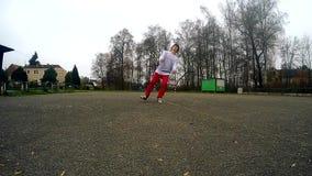 Tonåringen hoppar backflip på gatan som är slowmotion lager videofilmer