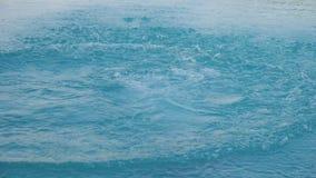 Tonåringen hoppar in i simbassäng stock video