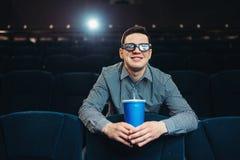 Tonåringen i exponeringsglas 3d rymmer drycken i bio Royaltyfri Fotografi