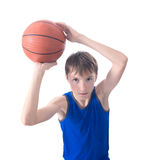 Tonåringen kastar en boll för basket Sikt från Fotografering för Bildbyråer
