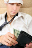 Tonåringen kontrollerar plånboken Arkivfoto