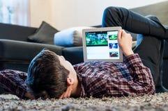Tonåringen lägger på golvet i rummet Arkivfoton