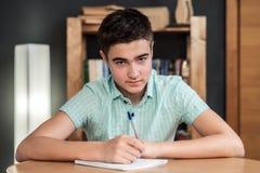Tonåringen lär och skriver Arkivfoton