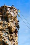 Tonåringen och klättringväggen royaltyfri bild