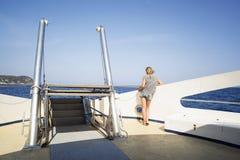 Tonåringen ser havet från däcket av ett fartyg Royaltyfri Fotografi