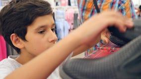 Tonåringen som ser kläder i innegrej, shoppar ultrarapid 4k stock video