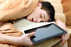 Tonåringen sover med minnestavlan arkivbild