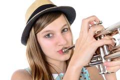 Tonåringen spelar trumpeten arkivbilder