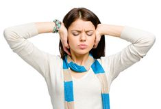 Tonåringen stänger henne öron med händer arkivbild