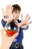 Tonåringen vägrar alkohol Arkivbild