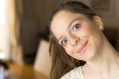 Tonåringflicka, 16 år som gör den roliga framsidan som är lycklig royaltyfri bild
