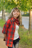 Tonåringflicka i röd skjorta Arkivbild