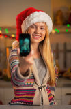 Tonåringflicka i selfie för santa hattdanande Royaltyfri Fotografi