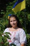 Tonåringflicka i ukrainsk nationell dräkt Arkivfoton