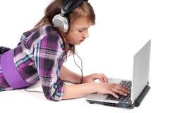 Tonåringflicka i hörlurar i studio arkivfoton