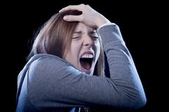 Tonåringflicka med rött hår som känner ensamt skrika som är desperat som pennalismoffer i fördjupning Arkivbild