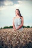 Tonåringflicka på vetefältet Arkivbild