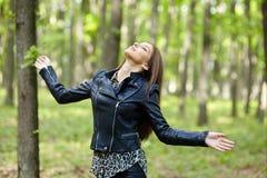 Tonåringflicka som är utomhus- i skogen Royaltyfri Foto