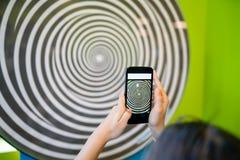Tonåringflicka som hypnotiseras av virvlande runt spiral arkivbild