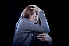 Tonåringflicka som känner ensamt förskräckt ledset och desperat lidande Arkivbild