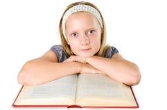 Tonåringflicka som läser en isolerad bok på white Royaltyfri Fotografi