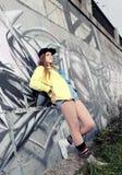 Tonåringflicka som litar på väggen Arkivbild