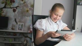 Tonåringflicka som rymmer en digital minnestavladator arkivfilmer