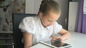 Tonåringflicka som rymmer en digital minnestavladator stock video