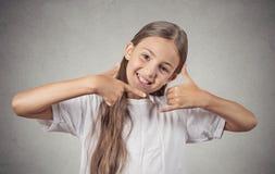 Tonåringflickadanande kallar mig gesttecknet Fotografering för Bildbyråer