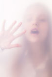 Tonåringflickan i en dimma Royaltyfri Foto