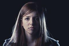 Tonåringflickan i spänning och smärtar lidandefördjupningen som är ledsen och som är förskräckt i skräckframsidauttryck Arkivfoto