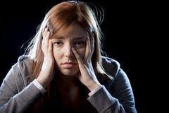 Tonåringflickan i spänning och smärtar lidandefördjupningen som är ledsen och som är förskräckt i skräckframsidauttryck Royaltyfria Bilder