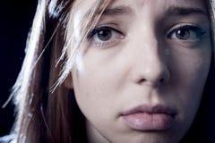Tonåringflickan i spänning och smärtar lidandefördjupningen som är ledsen och som är förskräckt i skräckframsidauttryck Arkivbild