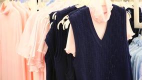 Tonåringflickan som ser kläder i innegrej, shoppar ultrarapid 4k arkivfilmer