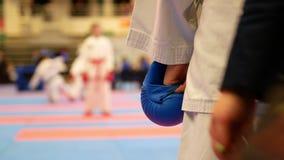 Tonåringflickor startar till att slåss på karatemästerskapet arkivfilmer