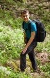 Tonåringfotvandrare på en bergslinga Royaltyfria Foton
