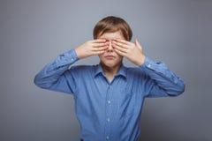 Tonåringpojke 10 år brun hårCaucasian Arkivbild