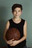 Tonåringpojke med basketbollen Arkivbild