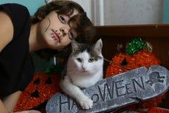Tonåringpojke och katt med halloween dekorpumpa och den allvarliga stenen Royaltyfria Bilder