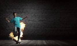 Tonåringpojke på skridsko Royaltyfri Bild