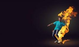Tonåringpojke på skridsko Arkivbilder