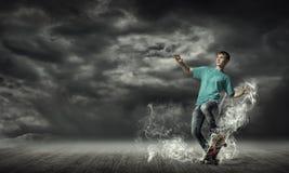 Tonåringpojke på skridsko Arkivfoto