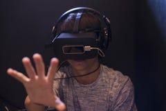 Tonåringpojke som spelar med exponeringsglas 3d i virtuell verklighetvideogam Royaltyfria Foton
