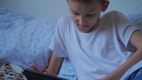 Tonåringpojke som strömmar den levande videoen som kallar via minnestavlan, hem