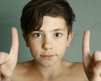 Tonåringpojke som tätt skelar upp ståenden Arkivfoton