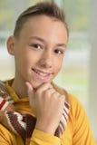 Tonåringpojkestående Arkivfoto
