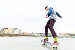 Tonåringskateboarderen rider skateparken i molnigt väder Stads- kultur för ungdom arkivbilder