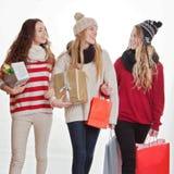 Tonårjul som shoppar gåvor eller gåvor Royaltyfri Fotografi