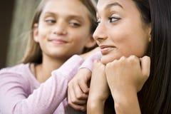tonårs- övre mer ung för tät flickasyster arkivfoto