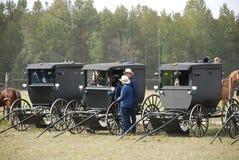 Tonårs- Amish pojkar som ut hänger i en barnvagn Arkivfoto